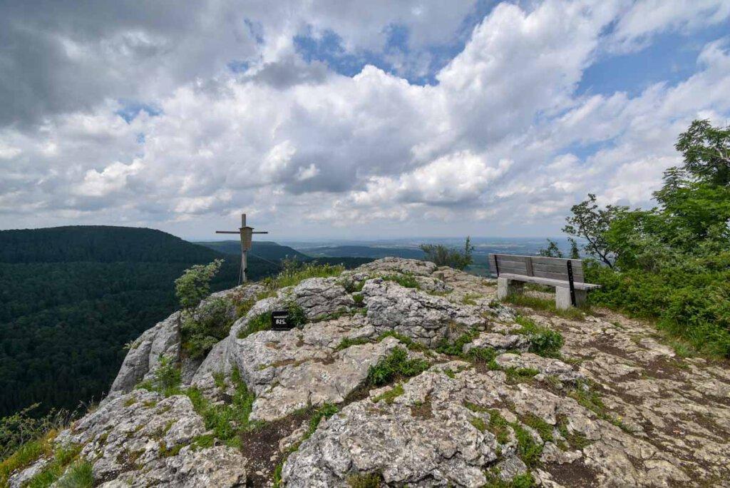 Aussichtsbänkle auf dem Gipfelplateau des Wackersteins
