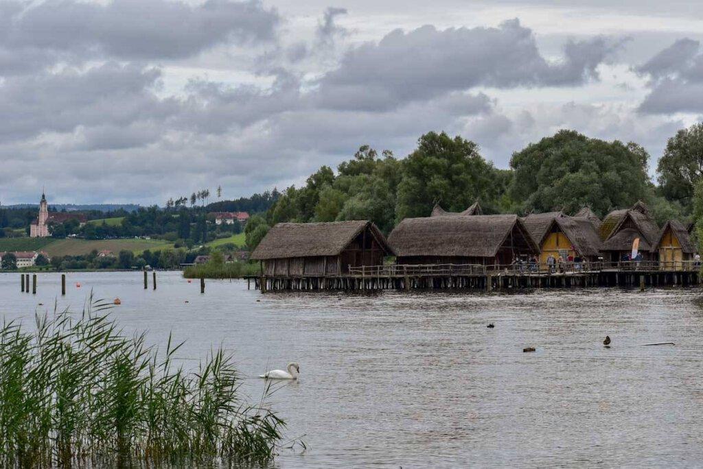 Uhldingen-Mühlhofen lockt mit mehreren der schönsten Bodensee-Sehenswürdigkeiten: Birnau und Pfahlbauten