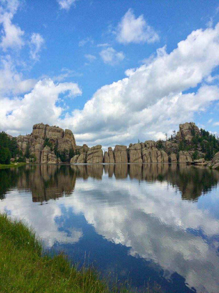 Magische Spiegelung der Felstürme im Sylvain Lake im Custer State Park, South Dakota, USA