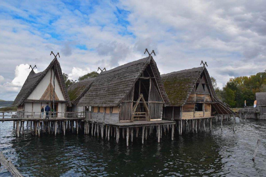 """Das bronzezeitliche Dorf """"Uhldingen-Stollenwiesen"""" im Pfahlbaumuseum Bodensee"""