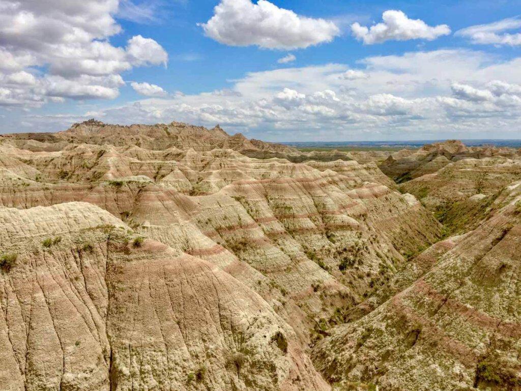 Natursehenswürdigkeit: Die atemberaubende Erosionslandschaft des Badlands National Parks in South Dakota