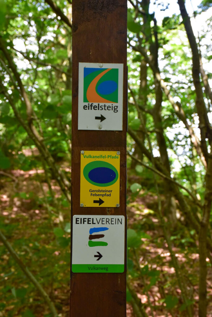 Wandern auf dem Gerolsteiner Felsenpfad, einem Partnerweg des Eifelsteigs