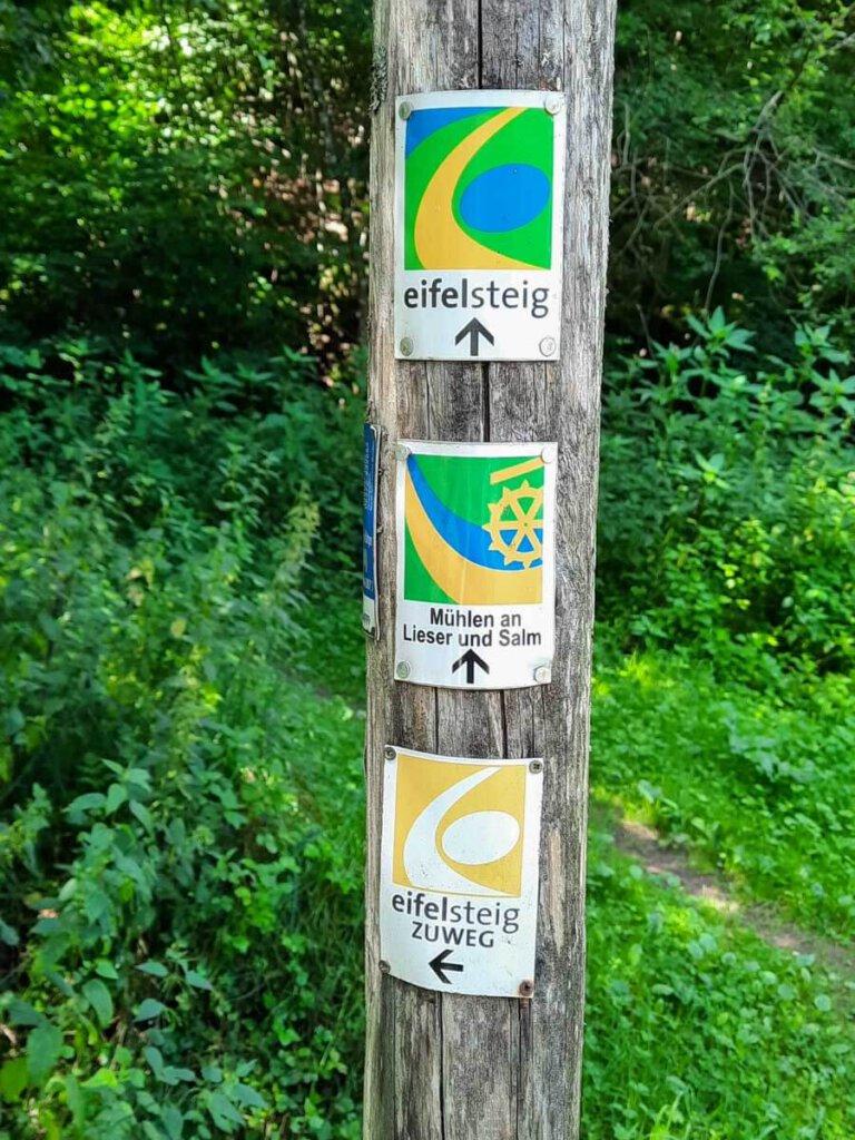 Die Beschilderung des Eifelsteigs in den Farben der Eifel