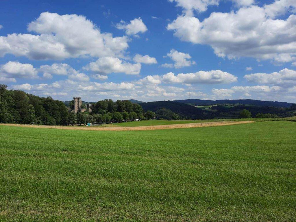 Die herrlich grüne Landschaft der Vulkaneifel mit Kasselburg