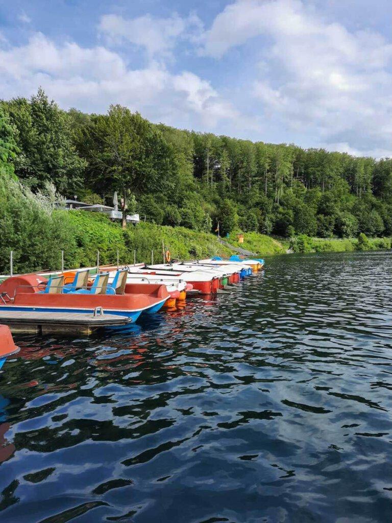 Das Naturfreibad Pulvermaar mit Bootsverleih