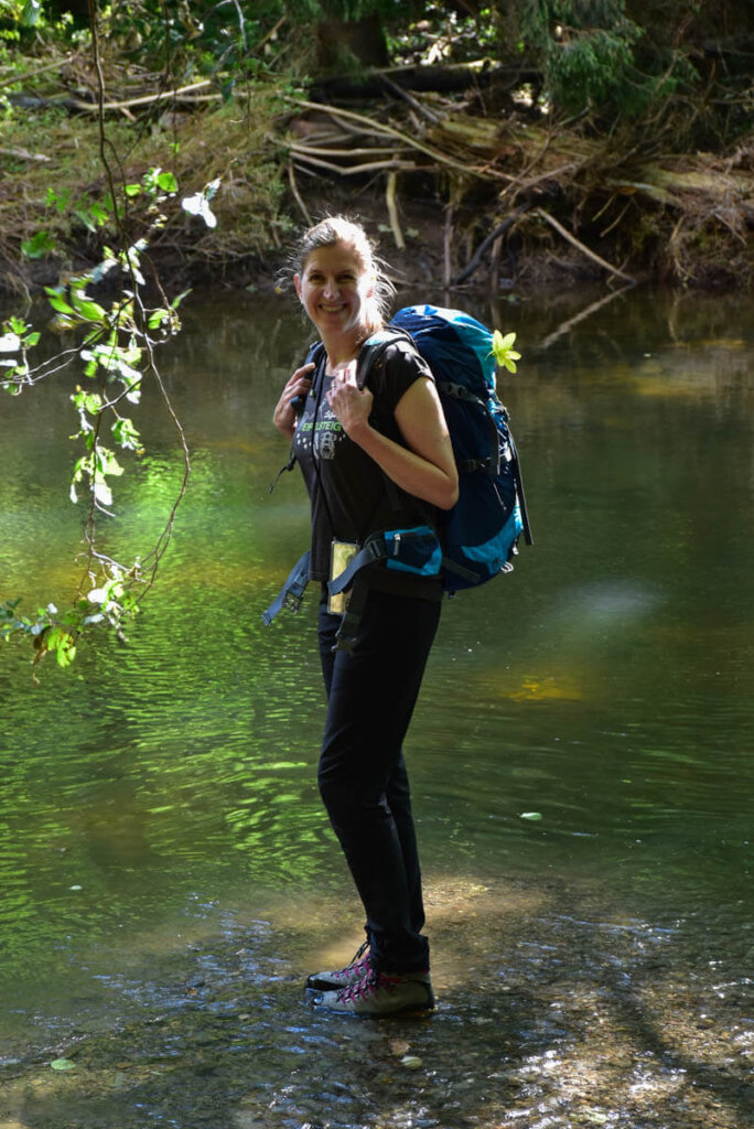 Travelsanne beim Wandern auf dem Eifelsteig durch das Liesertal
