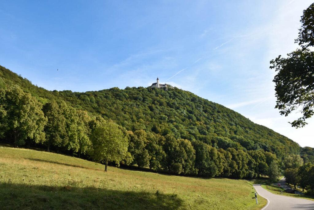 Burg Teck thront hoch über Owen auf dem Teckberg