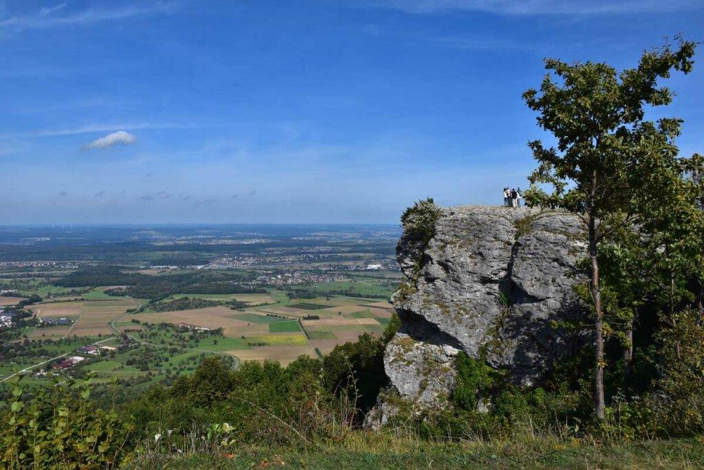 Der markante Felsvorsprung des Breitensteins bei Ochsenwang auf der Schwäbischen Alb