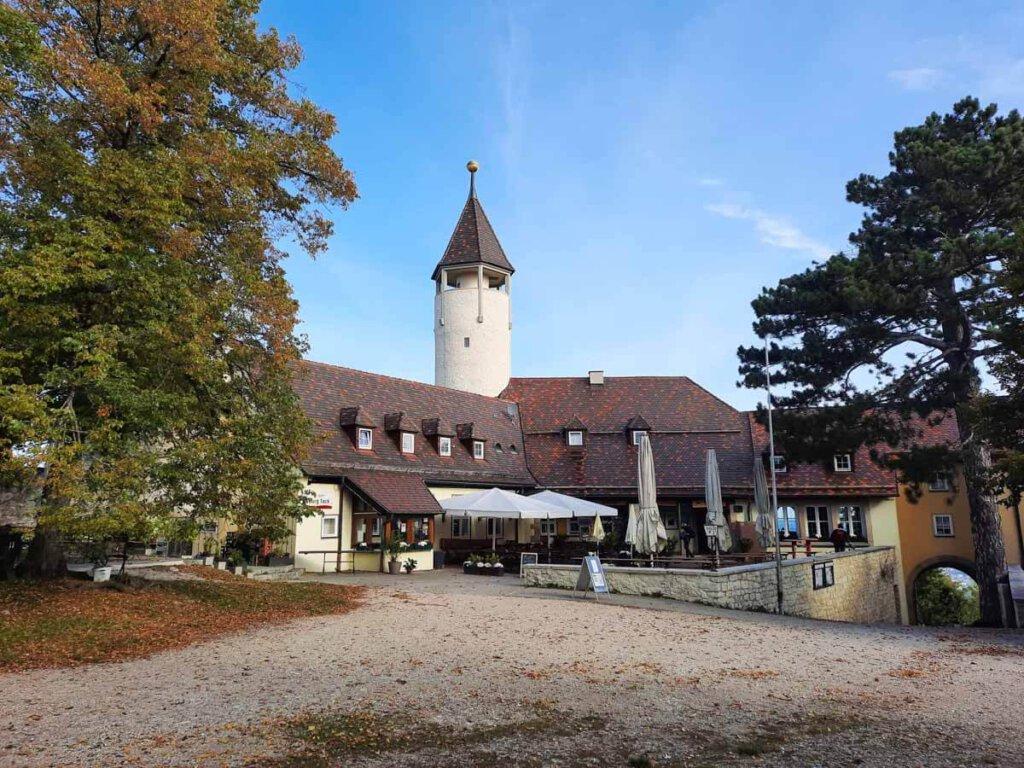 Herbststimmung im Burghof der Teck bei Owen