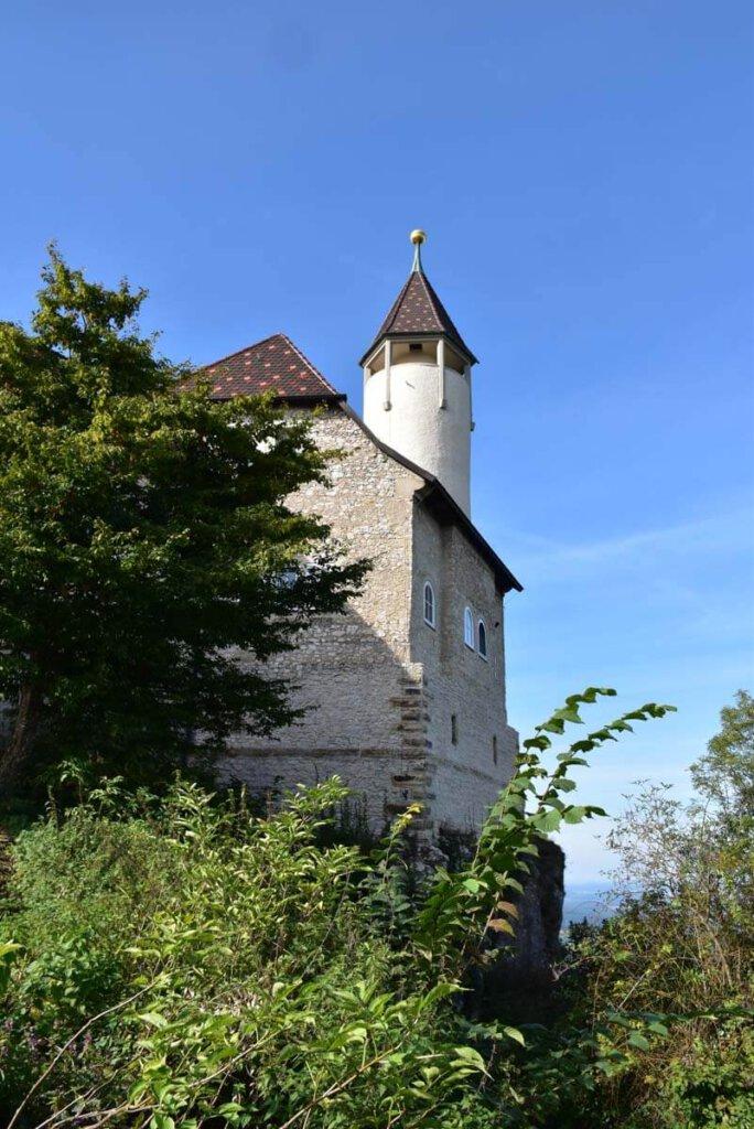 Der weiße Turm von Burg Teck ist weithin sichtbar