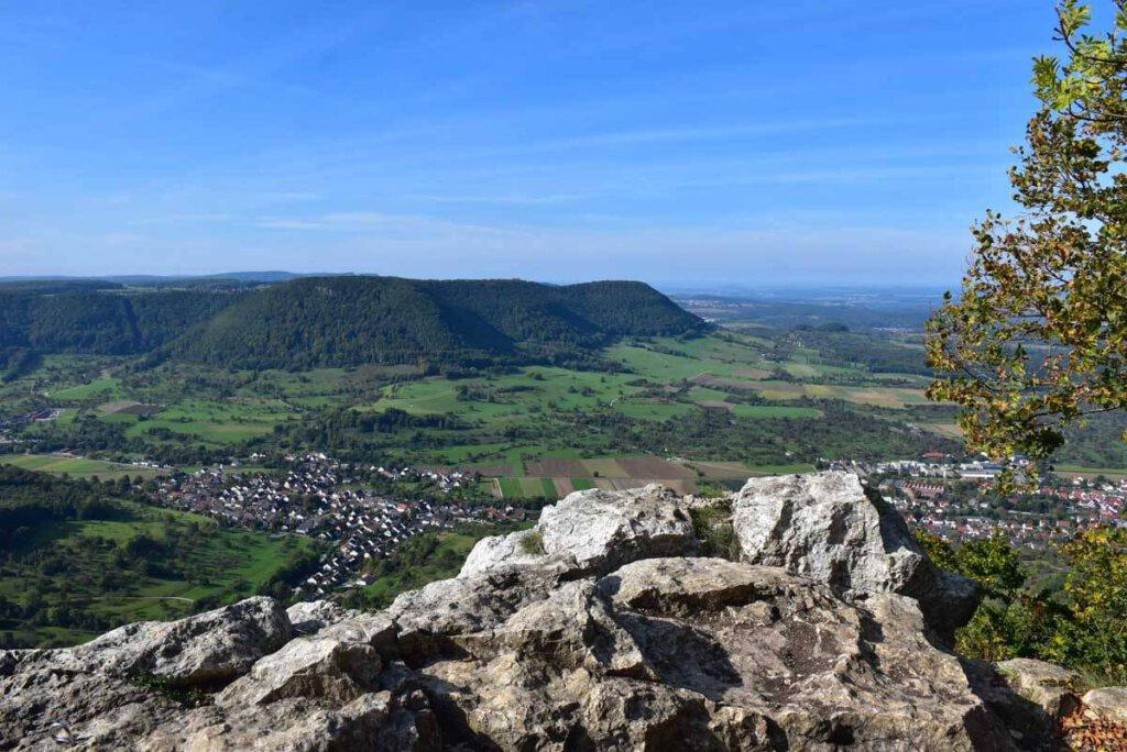 Grandioser Ausblick vom Gelben Fels auf das Lenninger Tal