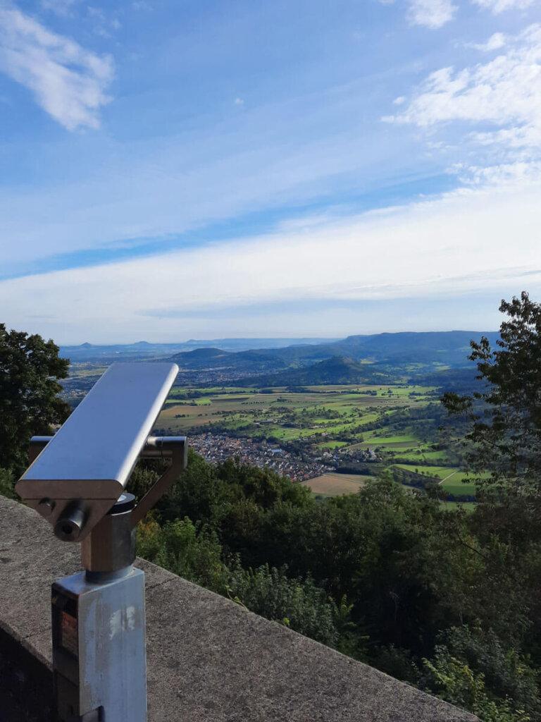 Weitblick über das Albvorland vom Burghof der Teck